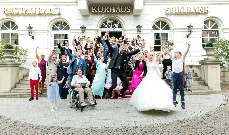 Die ausgelassene Hochzeitsgesellschaft vor dem Kurparkhotel Bad Dürkheim