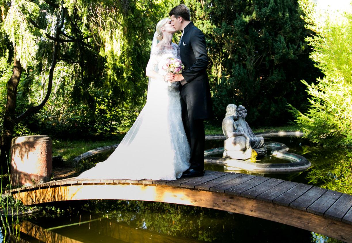 Brautpaarkuss im Park vom Schloss Edesheim