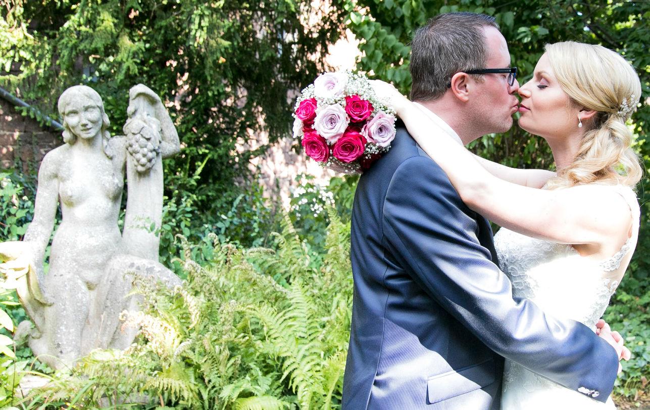 Brautpaarkuss im Schlossgarten der Sektkellerei Schloss Wachenheim