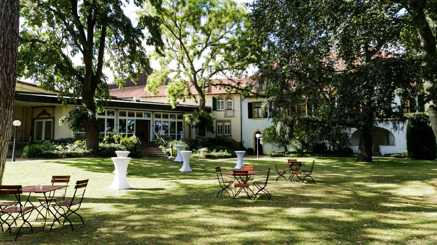 Der idyllische Schlossgarten der Sektkellerei Schloss Wachenheim