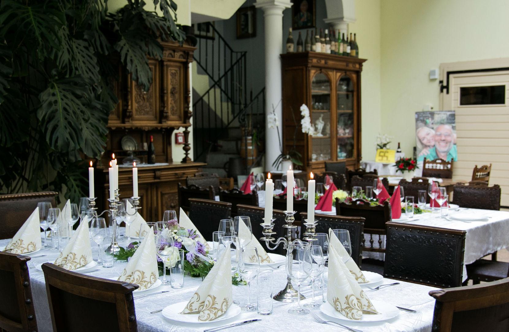 Hochzeitslocation Weingut Pfleger mit wunderschön dekorierten Hochzeitstischen
