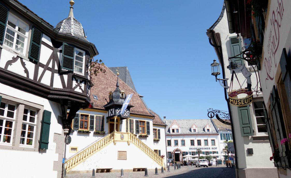 Innenstadt Deidesheim mit Rathaus Standesamt und Deidesheimer Hof