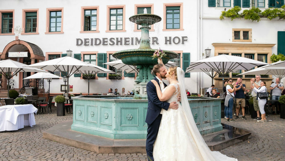 Brautpaar vor dem Brunnen des Deidesheimer Hofs