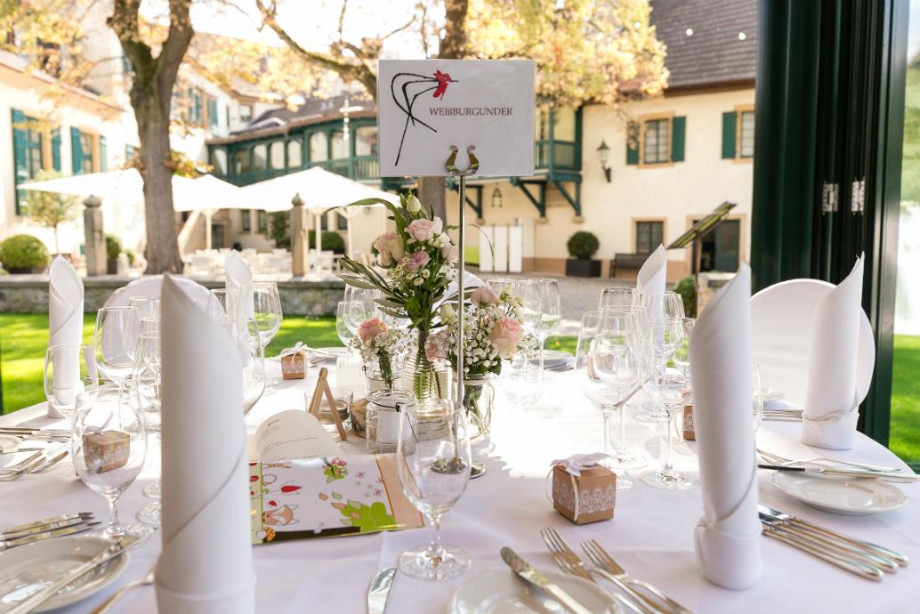 Schön dekorierter Hochzeitstisch mit Blick auf den Innenhof