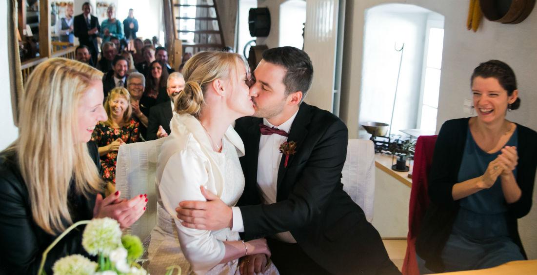 Brautpaarkuss nach der standesamtllichen Trauung in der Dorfmühle Großkarlbach Pfalz