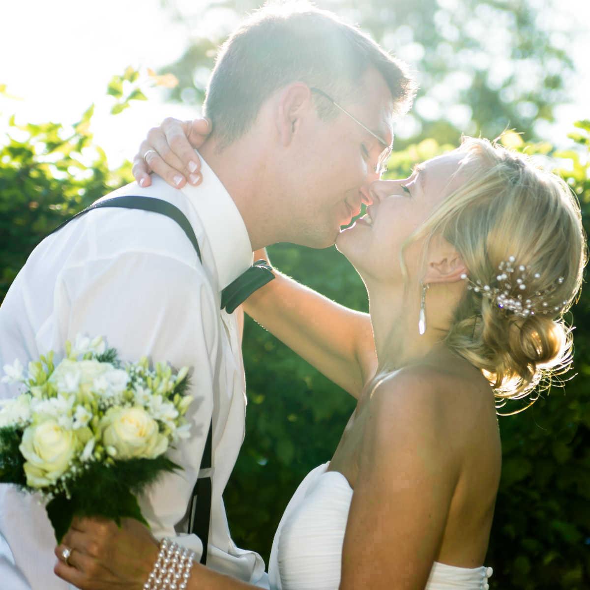 Brautpaar im Gegenlicht aufgenommen