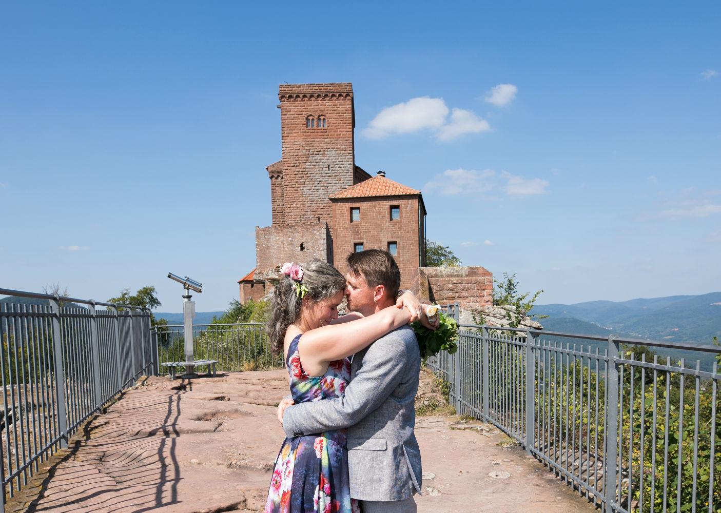 Brautpaar mit Burg Trifels im Hintergrund